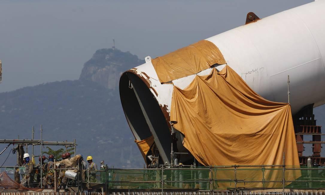 Uma ponta do arco estaiado do Transcarioca que passará sobre a Av. Brasil: previsão é terminar a obra nesta quarta-feira Foto: Custódio Coimbra / Agência O Globo
