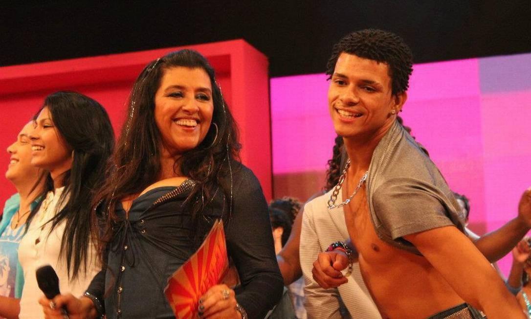 Douglas se apresenta com Regina Casé Foto: / Reprodução