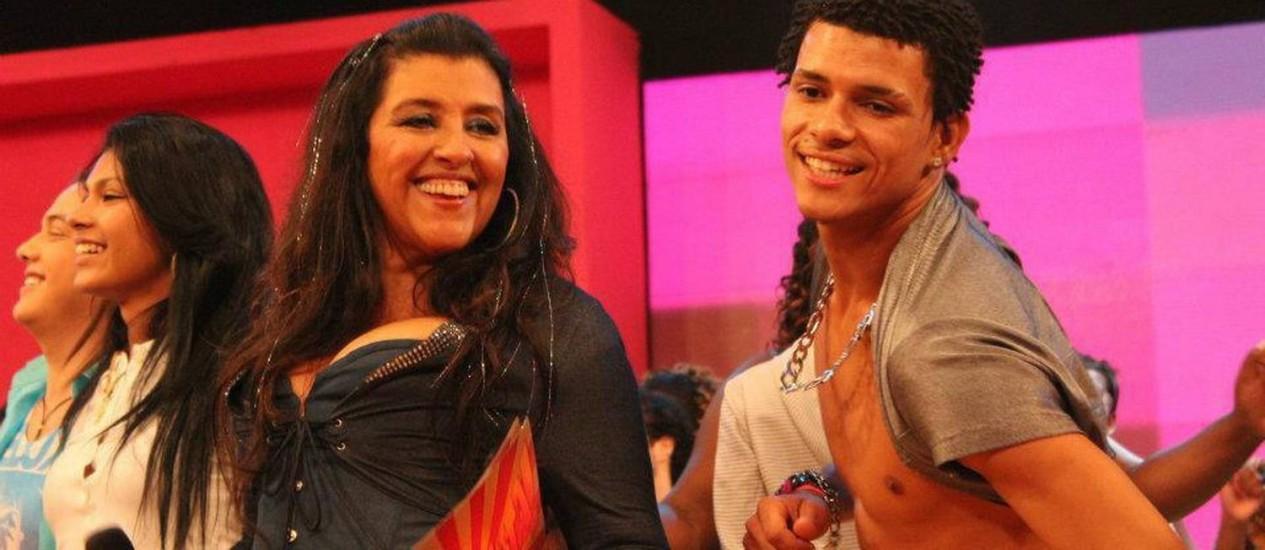 Douglas se apresenta com Regina Casé Foto: Reprodução