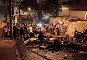 Ladeira Saint Romain ficou tomada de objetos incendiados Foto: Marcelo Piu / Agência O Globo