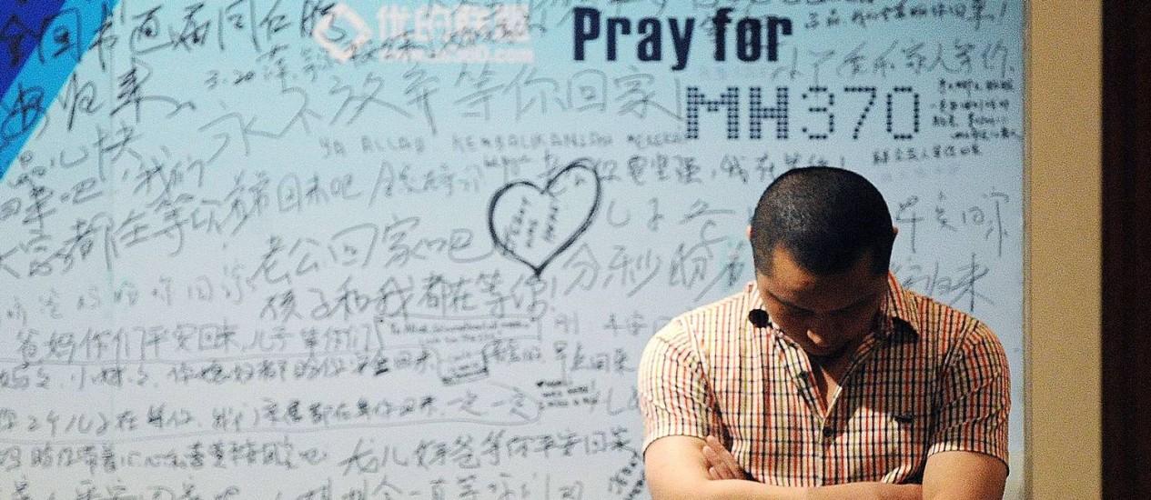 Em Pequim, cartaz homenageia passageiros do voo desaparecido da Malaysia Airlines Foto: WANG ZHAO / AFP