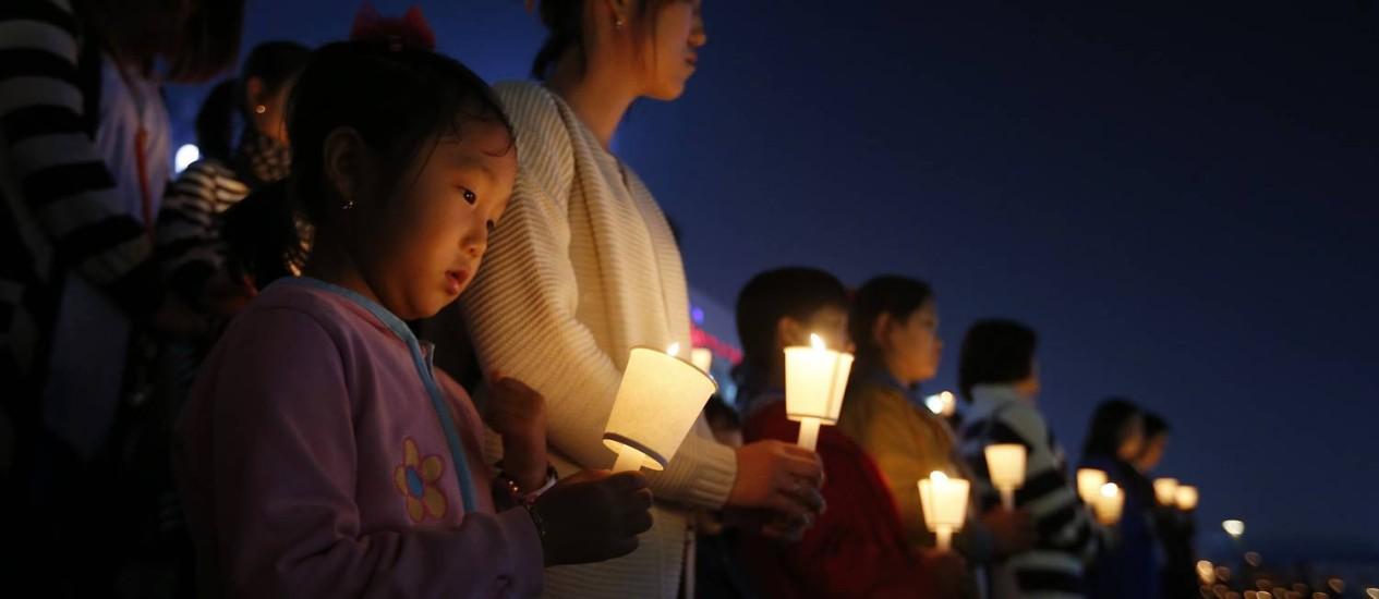 Familiares e amigos comparecem a uma vigília em Ansan para homenagear as vítimas da balsa Sewol que naufragou na Coreia do Sul Foto: KIM HONG-JI / REUTERS