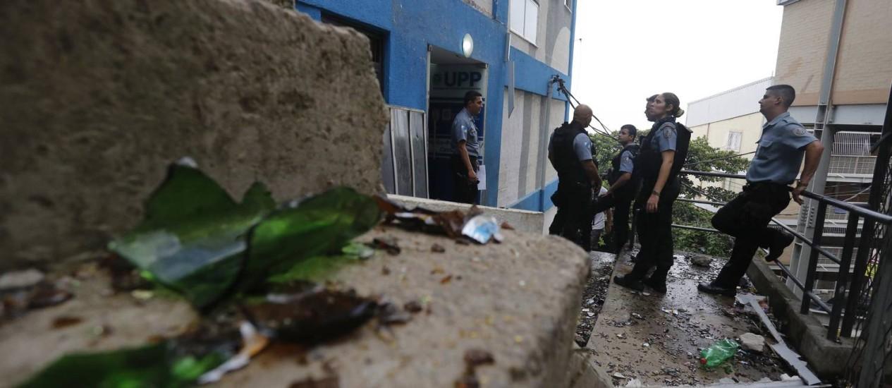 Cacos de vidro no chão, em frente à sede da UPP do Pavão-Pavãozinho: unidade foi atacada durante protesto na favela Foto: Pablo Jacob / Agência O Globo