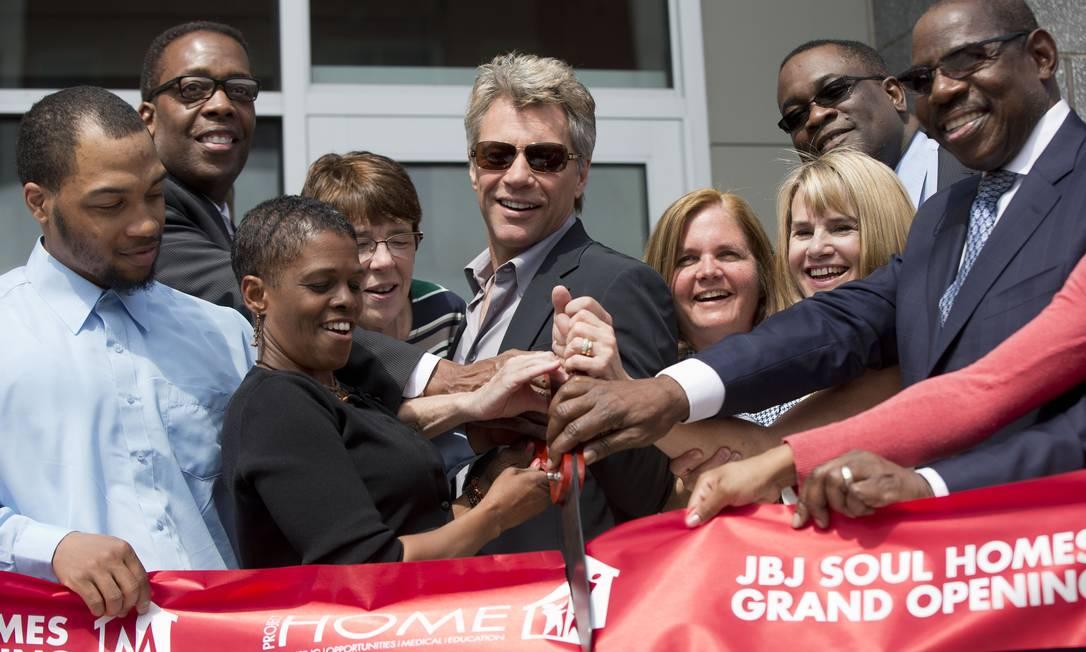Jon Bon Jovi participa da cerimônia de lançamento de conjunto habitacional que levará suas iniciais, na Filadélfia Foto: Matt Rourke / AP