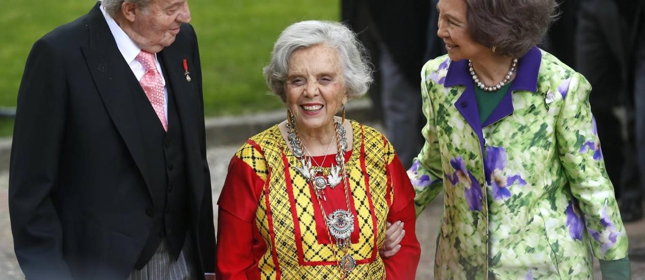 A escritora premiada, entre o rei Juan Carlos e a rainha Sofia, depois da cerimônia de entrega do troféu Foto: ANDREA COMAS / REUTERS
