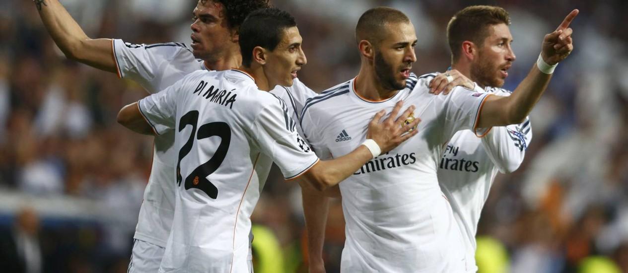 Pepe (à esquerda), Di María (22), Benzema e Sergio Ramos comemoram o primeiro gol do Real Madrid em cima do Bayern de Munique Foto: MICHAEL DALDER / REUTERS