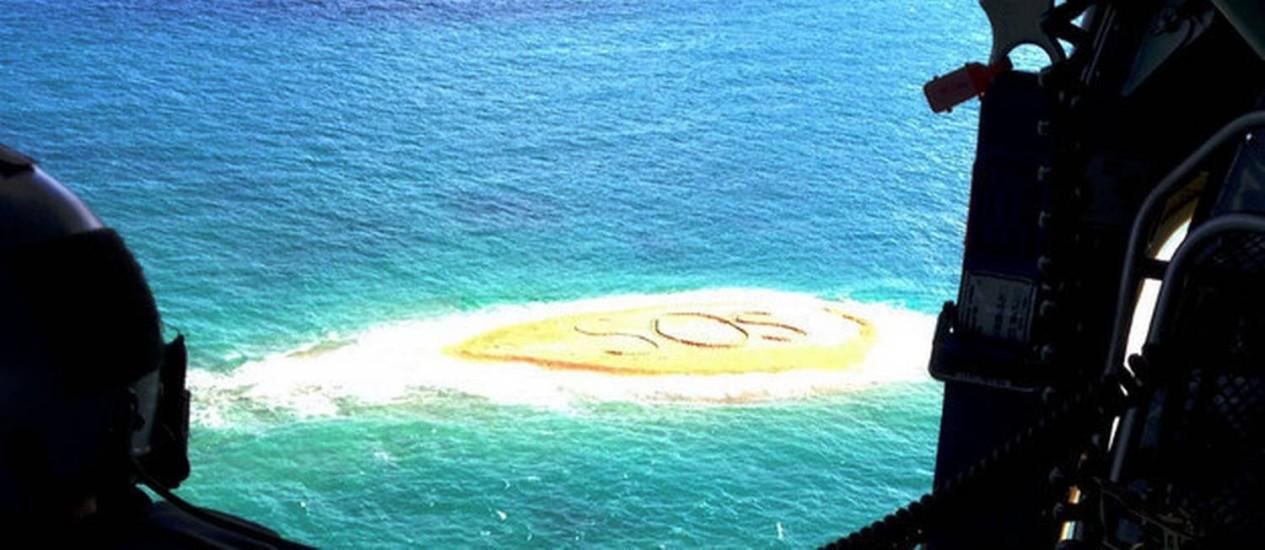 SOS. Grupo de mergulhadores foi resgatado graças a mensagem escrita em banco de areia Foto: AAP Image/ RACQ CQ Rescue