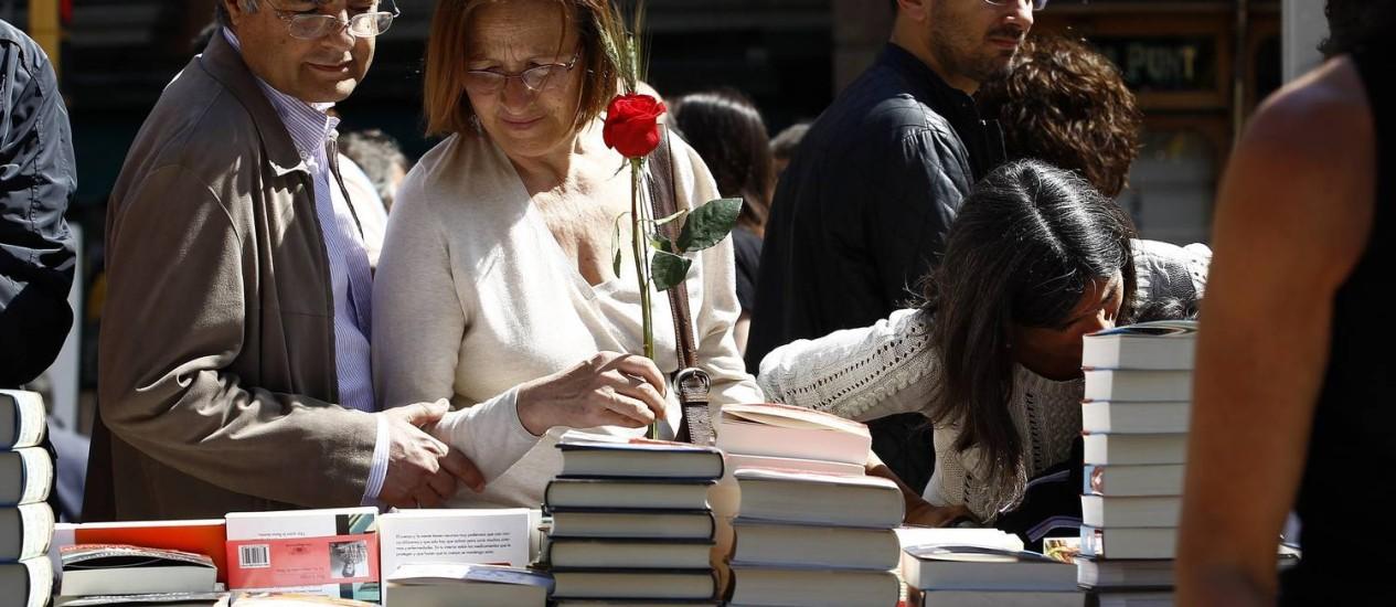No dia do santo padroeiro da Catalunha, homens dão rosas às mulheres e mulheres dão livros aos homens Foto: QUIQUE GARCIA / AFP