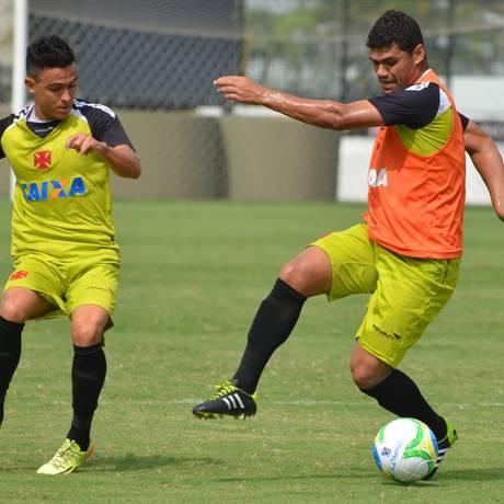 Montoya tenta passar por Dakson no treino do Vasco Foto: Divulgação / Vasco