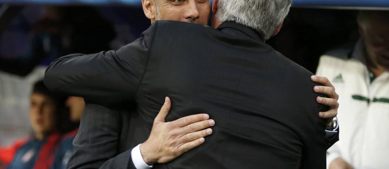 Técnico do Bayern de Munique, Pep Guardiola abraça Carlo Ancelotti, do Real Madrid, antes do jogo no Santiago Bernabéu Foto: SERGIO PEREZ / REUTERS