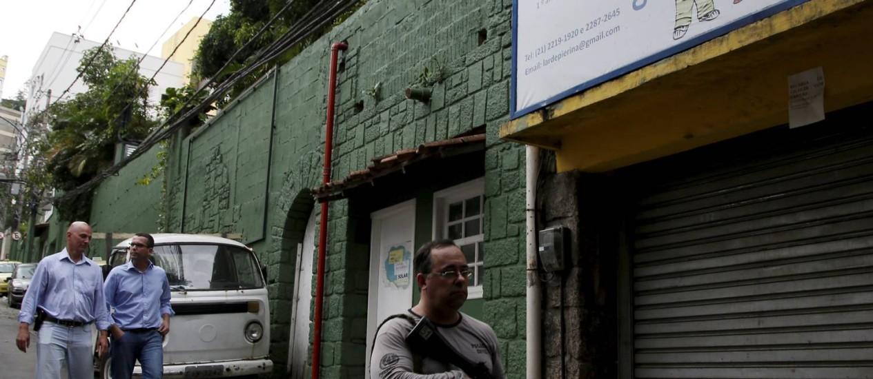 Delegado da 13ª DP, Gilberto Ribeiro, e o titular da DH, Rivaldo Barbosa, voltam à creche onde o corpo do dançarino DG foi encontrado (23/04/2014) Foto: Marcos Tristão / Agência O Globo