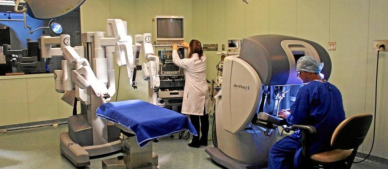 Salas de cirurgia, como esta em São Paulo, terão mais equipamentos para ajudar o médico a acessar zonas remotas do corpo Foto: Edilson Dantas