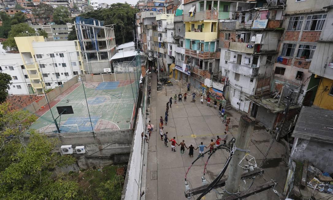 Moradores do Pavão-Pavãozinho fazem oração pelos dois mortos nos últimos dias de confronto com o polícia na comunidade Foto: Pablo Jacob / Agência O Globo