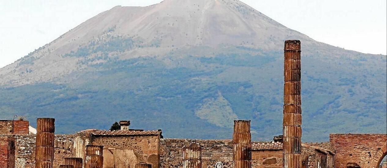 As ruínas de Pompeia e ao fundo o vulcão Vesúvio, cuja erupção cobriu de cinzas a cidade Foto: Ciro de Luca / Reuters