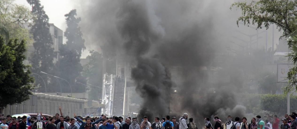 Estudantes pró-Irmandade Muçulmana realizam protesto no campus da Universidade do Cairo. Extremistas têm atacado policiais no país Foto: Aly Hazzaa / AP