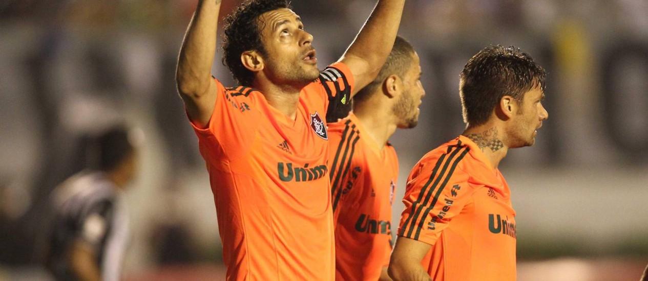 Fred agradece aos céus os gols na vitória do Fluminense sobre o Tupi Foto: Matheus Andrade / Photocamera