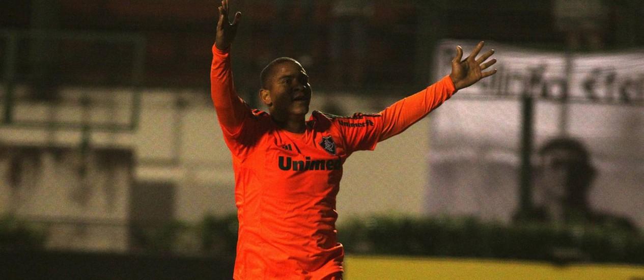 Walter comemora o terceiro gol do Fluminense na vitória sobre o Tupi Foto: Divulgação / Fluminense