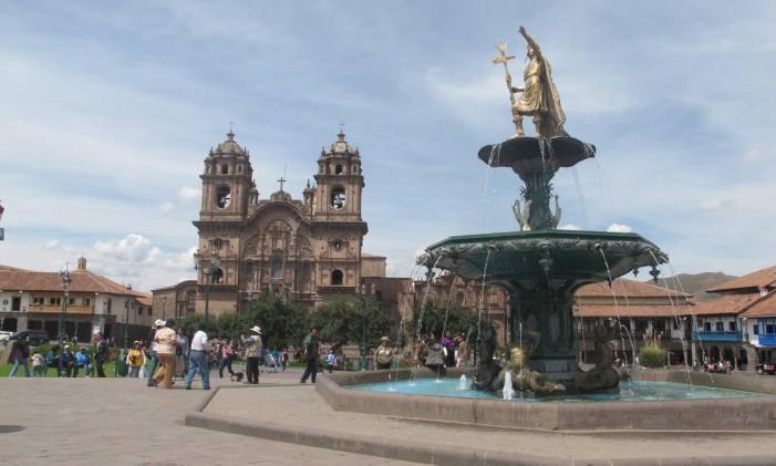 A bela Plaza de Armas de Cusco, no centro da cidade, que está com turismo funcionando normalmente Foto: Cristina Massari / O Globo