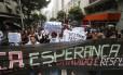 Manifestantes seguem pelas ruas de Copacabana em direção ao Cemitério São João Batista, em Botafogo
