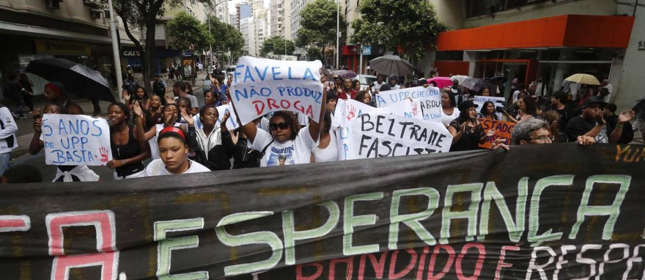 Manifestantes seguem pelas ruas de Copacabana em direção ao Cemitério São João Batista, em Botafogo Foto: Pablo Jacob / Agência O Globo
