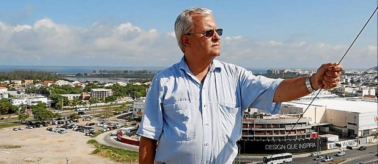 Araújo vê heliporto a cerca de 500m de seu prédio Foto: Hudson Pontes / Agência O Globo