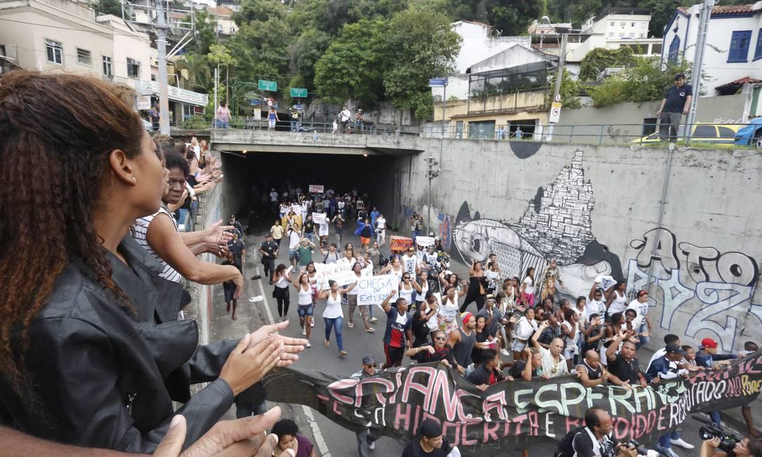Manifestantes chegam a Botafogo para enterro de Douglas Rafael, o DG Foto: Pablo Jacob / Agência O Globo
