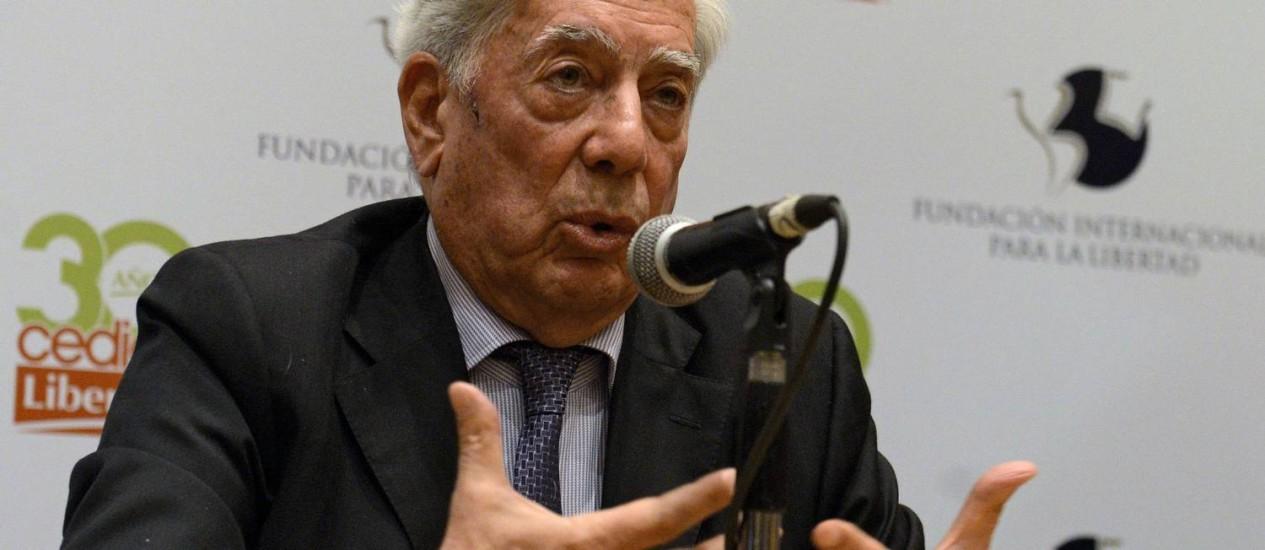 Mario Vargas Llosa fala durante conferência em Caracas Foto: FEDERICO PARRA / AFP