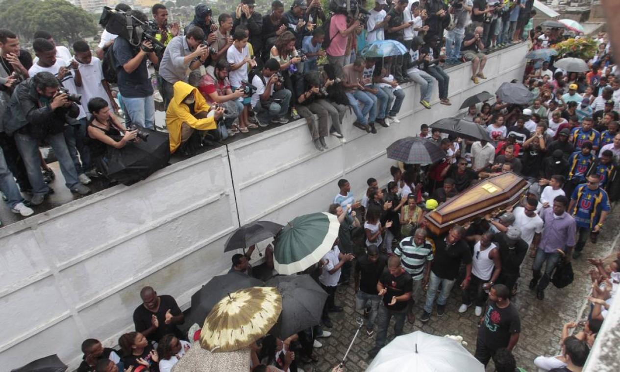 Dezenas de pessoas acompanham o sepultamento Foto: Bruno Gonzalez / Agência O Globo