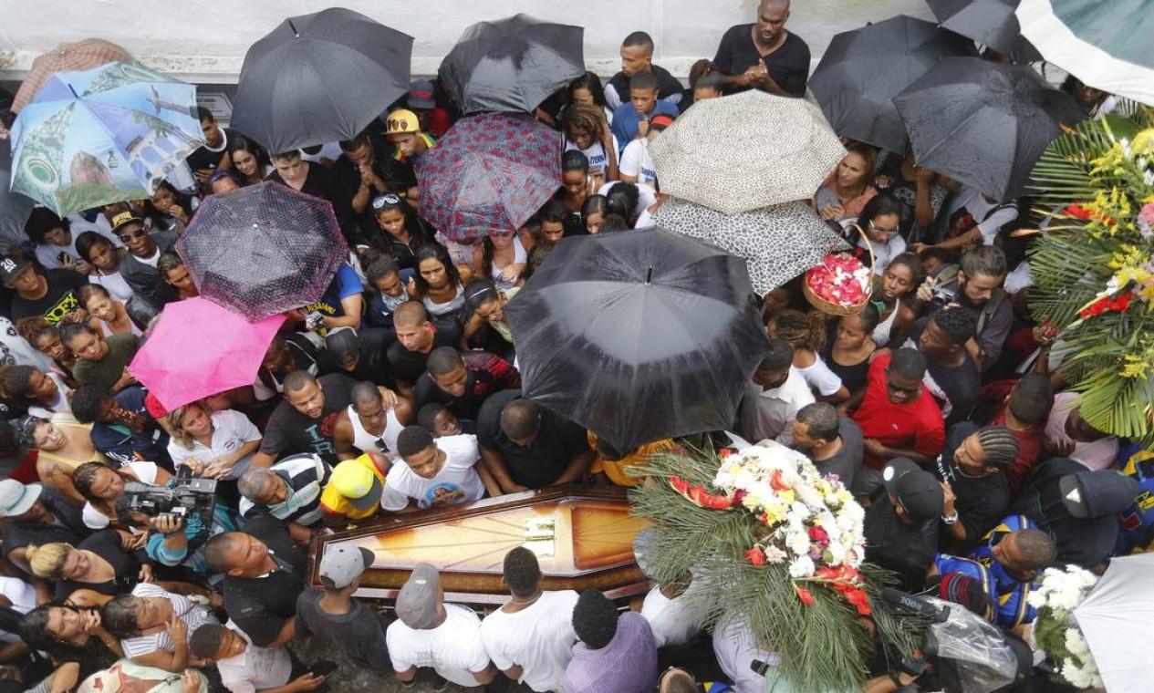 Amigos e parentes se despedem de DG Foto: Pablo Jacob / Agência O Globo
