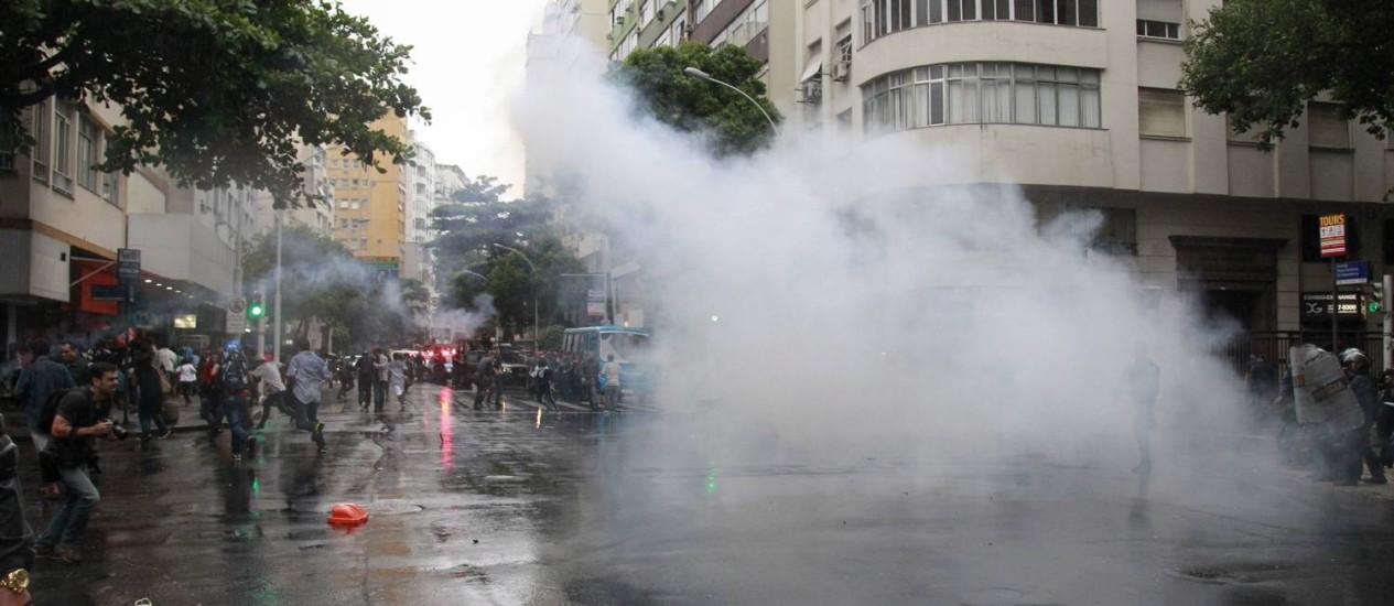 Manifestação fecha a Avenida Nossa Senhora de Copacabana: policiais jogaram bombas de gás na rua Foto: Domingos Peixoto / Agência O Globo