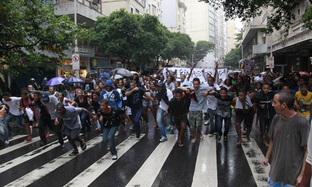 Depois do seultamento, moradores caminham pelas ruas de Copacabana Foto: Domingos Peixoto / Agência O Globo