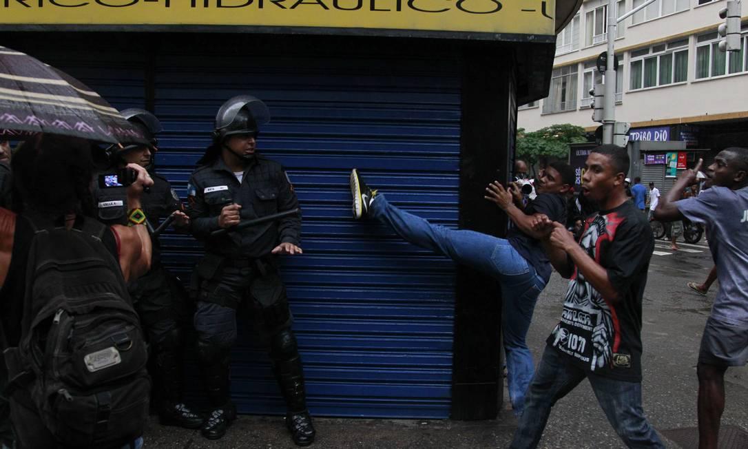 Manifestantes entram em confronto em com policiais Foto: Domingos Peixoto / Agência O Globo