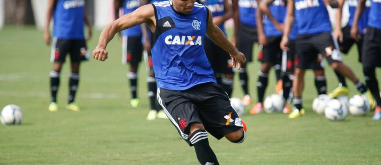 André Santos aprimora a pontaria no treino do Flamengo Foto: Divulgação / Flamengo