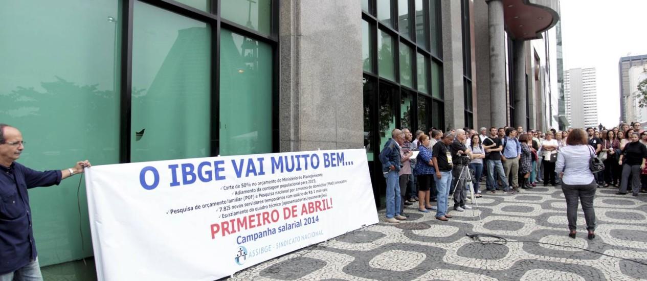 Funcionários do IBGE durante paralisação no Rio: um dos pedidos foi a saída da presidente do instituto Foto: Marcelo Piu / Agência O Globo