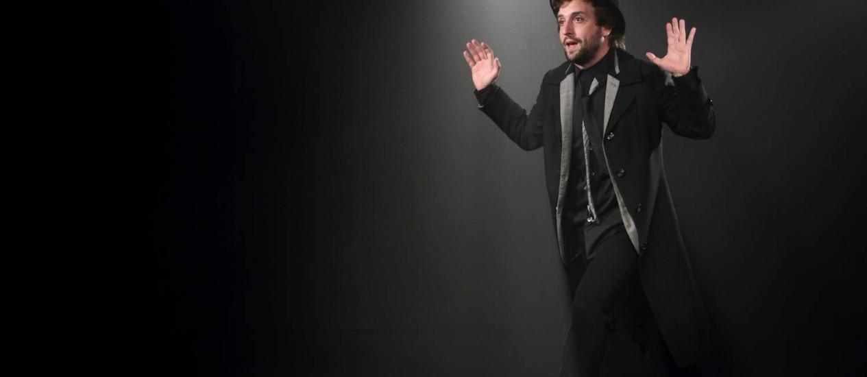Só ele. Gregório Duvivier vive um escritor obsessivo no espetáculo escrito por João Falcão Foto: Divulgação