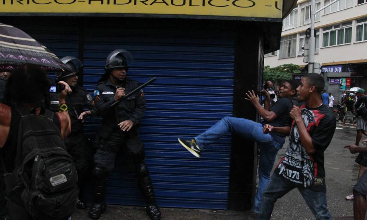 RI Rio de Janeiro (RJ) 24/04/2014 Manifestantes entram em confronto em Copacabana Foto Domingos Peixoto / Agencia O Globo Foto: Pablo Jacob / Agência O Globo