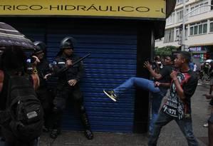 Manifestantes encurralam PMs durante passeata em Copacabana Foto: Pablo Jacob / Agência O Globo