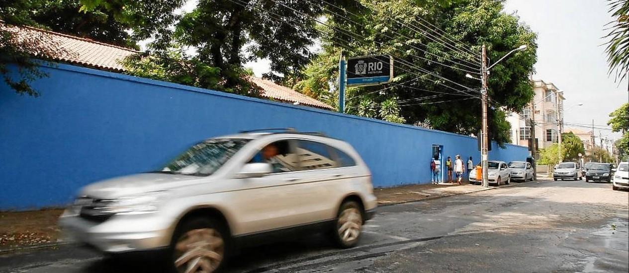 Sem limite. Carro passa em alta velocidade em frente à Escola Municipal Edgard Sussekind: preocupação Foto: Marcos Tristão