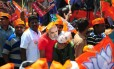 Apoiadores do partido Bharatiya Janata Party: nas eleições na Índia, eleitores recebem abertamente subsídios que vão até cabras e dinheiro em espécie