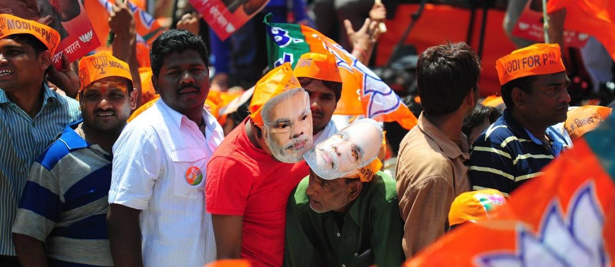 Apoiadores do partido Bharatiya Janata Party: nas eleições na Índia, eleitores recebem abertamente subsídios que vão até cabras e dinheiro em espécie Foto: Sanjay Kanojia / AFP