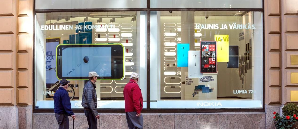 Ocaso de uma marca. Em Helsinque, vitrine da Nokia mostra celulares Lumia, sua parceria com a Microsoft: fim de um símbolo finlandês Foto: Tomi Setala / Bloomberg News/3-9-2013