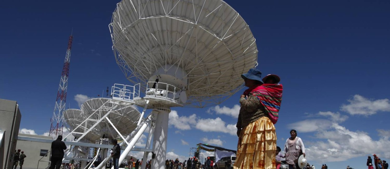 Bolívia no espaço. Uma mulher indígena observa a inauguração da estação terrestre do primeiro satélite boliviano em El Alto Foto: Juan Karita / AP/20-12-2013