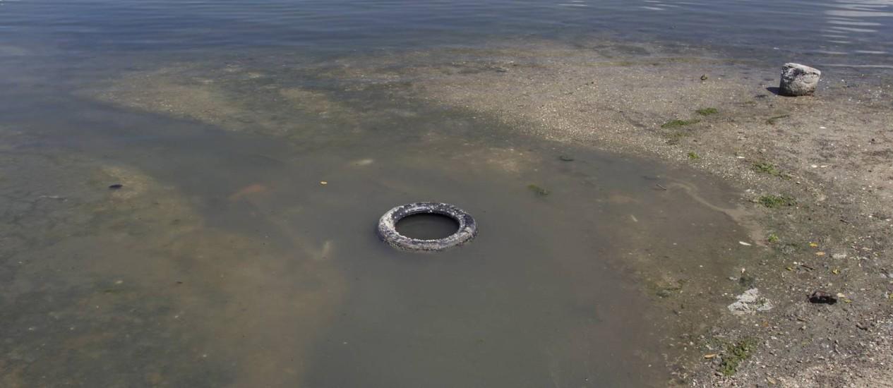 Esgoto vaza de galeria pluvial que desemboca diretamente na Lagoa de Araruama: água turva e mau cheiro ao redor Foto: Márcia Foletto / Agência O Globo