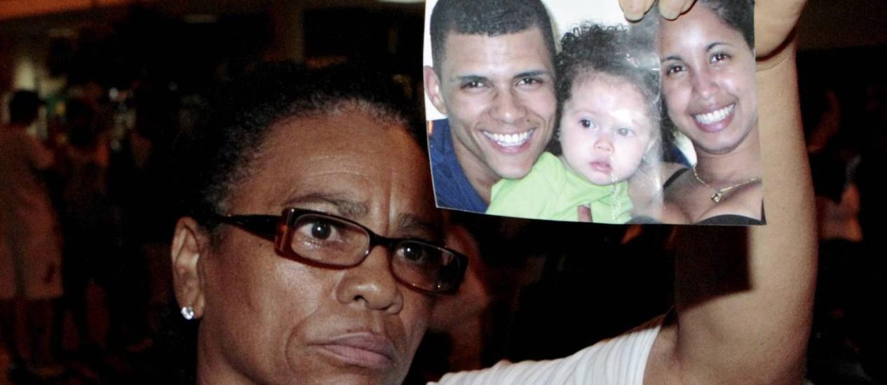 Com a foto do filho, a auxiliar de enfermagem Maria de Fátima, de 56 anos, diz que vai à Anistia denunciar que Douglas foi torturado Foto: Marcelo Piu / Agência O Globo