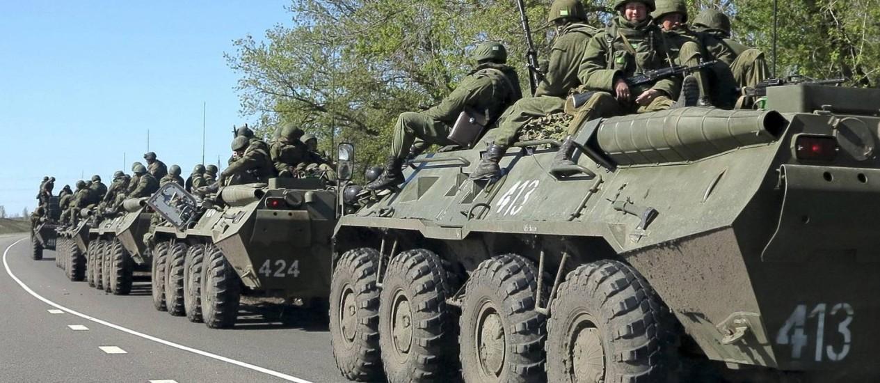 Militares russos dirigem veículos blindados nos arredores da cidade de Belgorod, perto da fronteira russo-ucraniana Foto: STRINGER / REUTERS