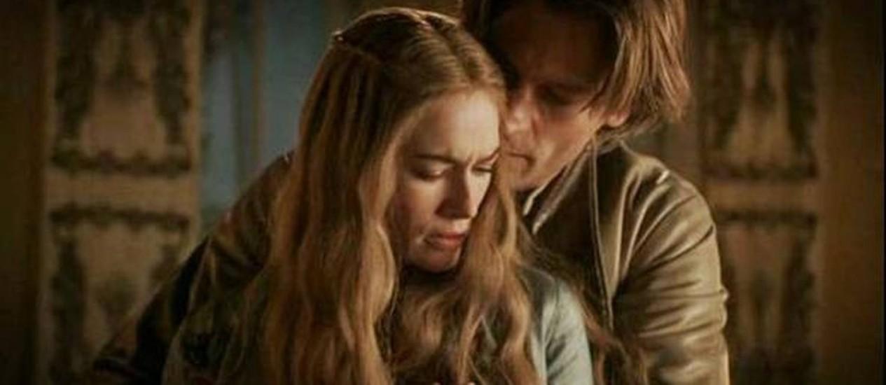 Ao lado do corpo de Joffrey, Jamie seduz a amante e acaba forçando a relação sexual Foto: Divulgação