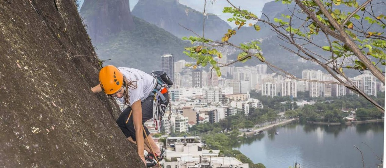Nas alturas: Kika Bradford escala pedra do Cantagalo no inicio da temporada de escalada de 2014. Foto: Ivo Gonzalez / Agência O Globo