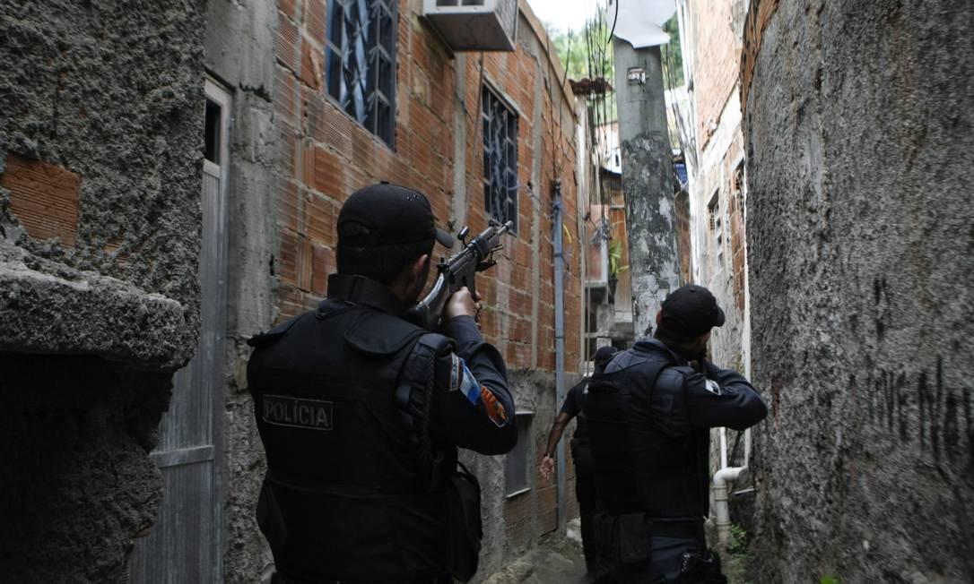 Operação da Policia Militar no Morro do Estado, no centro de Niterói, na quinta-feira Foto: Guilherme leporace / Agência O Globo