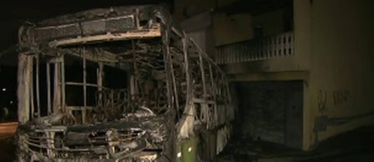 Sem freio, ônibus incendiado invadiu duas casas na Grande SP Foto: Reprodução/TV Globo