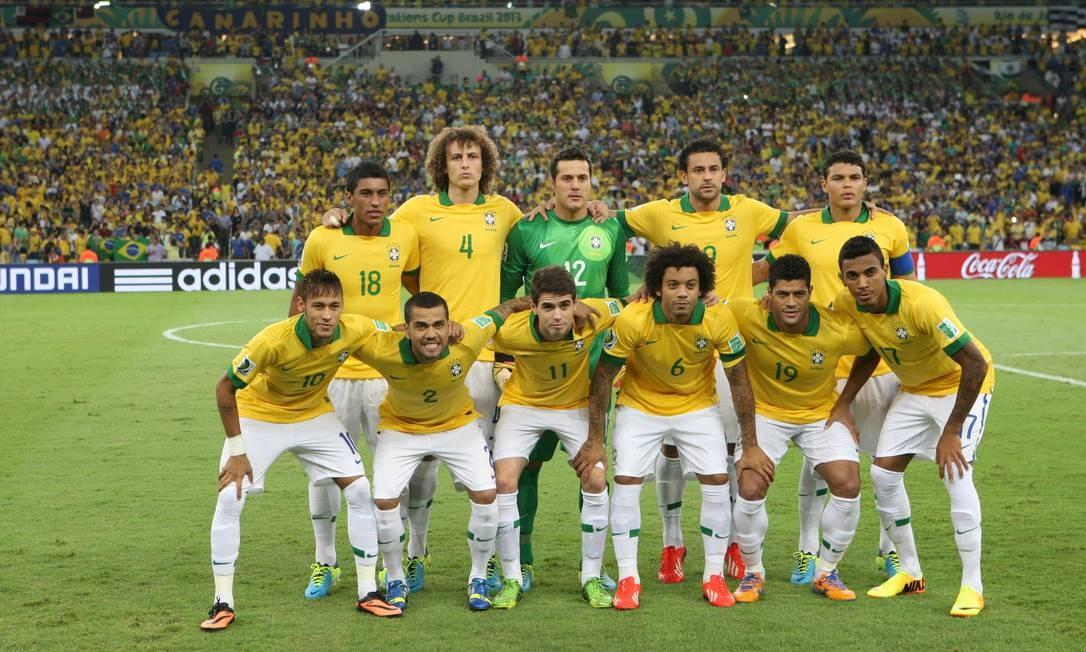 A seleção brasileira posa para o poster do título da Copa das Confederações de 2013: camisa marela com calções e meiões brancos Foto: Guilherme Pinto / Agência O Globo